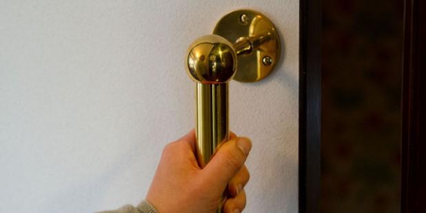真鍮の引き手。細部の質感が家全体の雰囲気を決定します