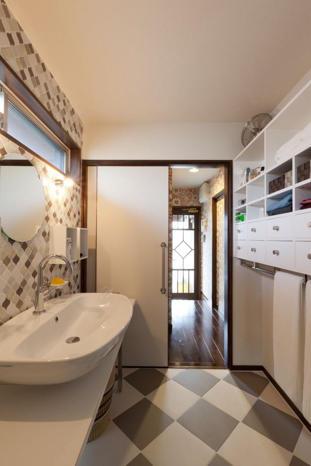 洗面から廊下、トイレ、勝手口がつづきます