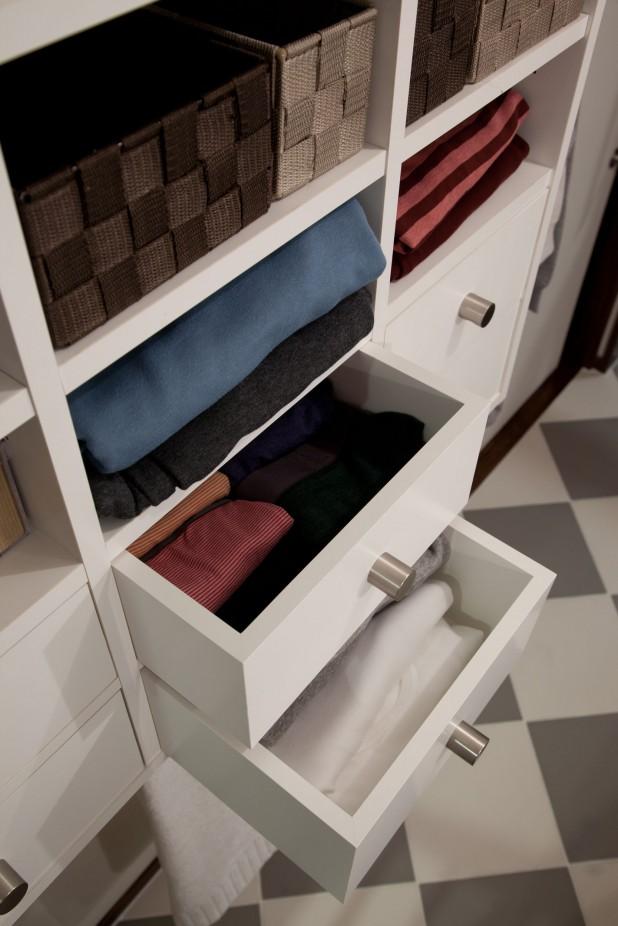 洗面には、オリジナルの収納家具を壁付け