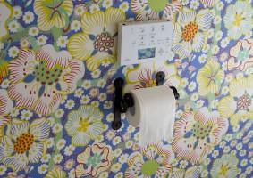 トイレはスウェーデンのスヴェンスクテンの壁紙で仕上げました