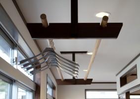 広縁の天井には、室内干し用に物干しを付けました