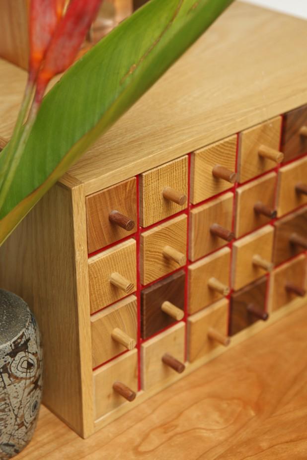 アクセサリーを入れる引き出しの正方形は、隣にあるドアの窓枠の正方形と響き合っています