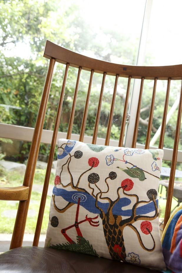 お気に入りの椅子の縦のラインは、家全体のトーンと合わせています
