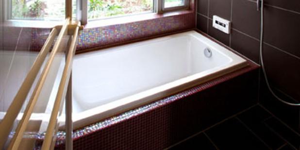 浴室はアクリル製のバスタブを採用